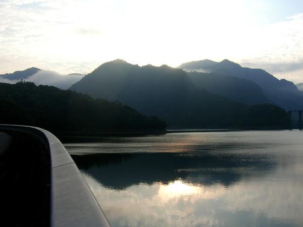 早朝の池原ダムサイド